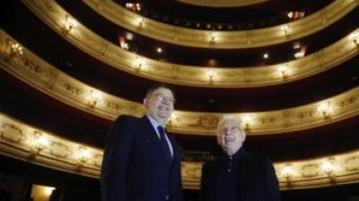 Ximo Puig i el cantant Raimon, ahir al Teatre Principal de València KAI FORSTERLING/EFE