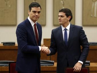 Pedro Sánchez i Albert Rivera, ahir a Madrid després de firmar l'acord juan medina / reuters