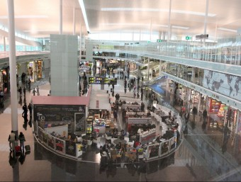 Vista de la zona comercial de la Terminal 1 de l'aeroport de Barcelona-El Prat JUDIT FERNÁNDEZ / ARXIU