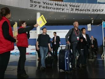 Assistents al Mobile surten del recinte del congrés, aquest dijous a Fira de Barcelona EFE