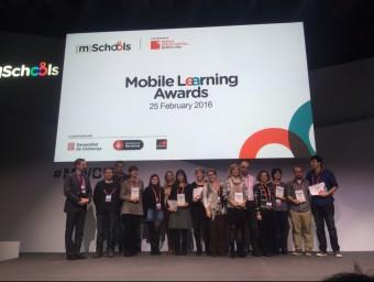 Els guanyadors dels Mobile Learning Awards en la foto de família que es van fer ahir en el Mobile World Congress, a la Fira de Barcelona EL PUNT AVUI