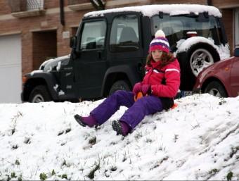 Una nena baixant de cul per la neu a Tàrrega ACN