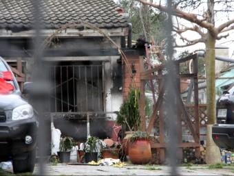 Pla general de la casa on hi ha hagut l'incendi i on es poden veure les restes que han quedat després de les flames ACN