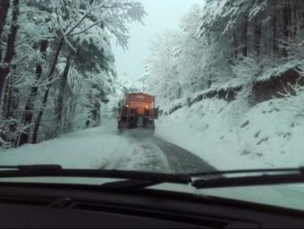 Un camió llevaneus treballa a la carretera T700 de Prades a Poblet ACN
