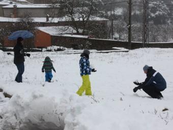 Una família amb dos nens juga a la neu a Prades ACN