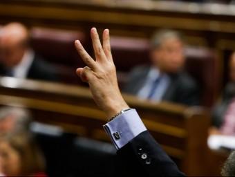 Un diputat marca el sentit de votació al seu grup, en una votació del Congrés EUROPA PRESS