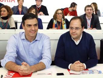 Pedro Sánchez, envoltat de la direcció del PSOE, en el comitè federal celebrat ahir a Madrid efe