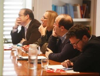 Brinquis, Escarp, Iceta i Aranda, seguint ahir per televisió el discurs d'investidura de Pedro Sánchez des de la seu del PSC ORIOL DURAN