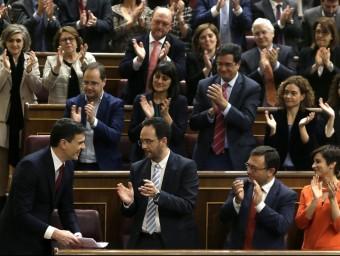 Els diputats del PSOE aplaudeixen Sánchez després del seu discurs d'investidura javier lizón / efe