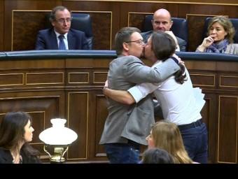 Xavier Domènech i Pablo Iglesias es fan un petó a la boca a l'hemicicle després de la intervenció del portaveu d'En Comú Podem  EFE / CHEMA MOYA