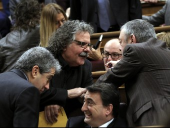 Tardà (ERC) i Homs (DiL) parlaven ahir des de l'escó amb diputats del Partit Nacionalista Basc durant el segon dia del debat d'investidura. EFE