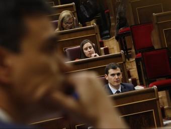 Albert Rivera observa a Pedro Sánchez des del seu escó durant la sessió d'ahireuropa press