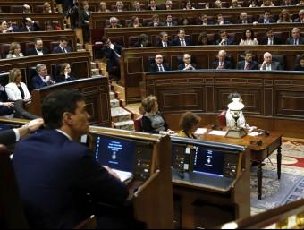 Mariano Rajoy mira Pedro Sánchez durant el debat d'investidura d'aquest dimecres EFE