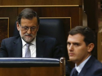 Albert Rivera passa davant de l'escó de Mariano Rajoy sense creuar la mirada després de defensar el pacte amb Sánchez ANDREA COMAS / REUTERS
