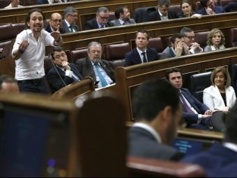 Pablo Iglesias es dirigeix a Pedro Sánchez abans de la primera votació d'investidura, dimecres passat EFE