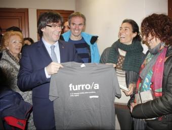 """Carles Puigdemont va rebre una samarreta amb la paraula """"Furro"""" de l'entitat que promou la parla pallaresa E.B. / ACN"""