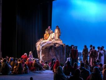 Escena general de la Passió de Cervera amb desenes d'actors a l'escenari ACN