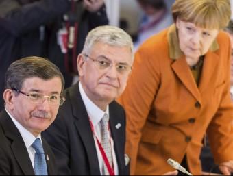 El primer ministre turc, Ahmet Davutoglu (esquerra), i la cancellera alemanya, Angela Merkel (dreta), aquest dilluns a la cimera UE-Turquia EFE