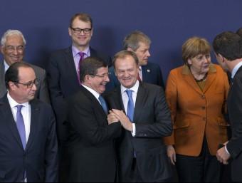Donald Tusk, president del Consell Europeu, saludant efusivament el primer ministre turc, Ahmet Davutoglu, ahir a Brussel·les Olivier Hoslet/REUTERS