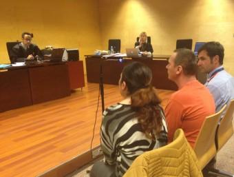 Cimpeanu durant el judici, que es va fer el 9 de març a la secció tercera de l'Audiència. A la seva dreta, un agent dels Mossos que el custodiava i a la seva esquerra, la intèrpret G.P