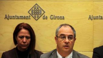 Albert Ballesta , amb Marta Madrenas al darrera, anuncia la dimissió. ACN