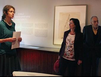 Lucia Moni, comissària de l'exposició, explica l'exposició al president de la Fundació Dalí, Ramon Boixadós, i la directora adjunta de La Caixa, Elisa Duran. SARA CABARROCAS