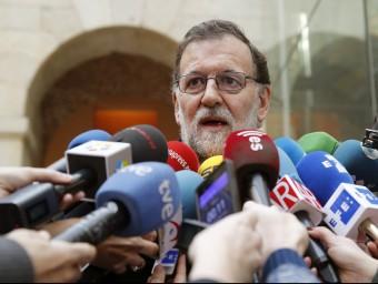 Mariano Rajoy, atenent ahir els periodistes després d'una concentració en memòria de les víctimes de l'11-M MARISCAL / EFE