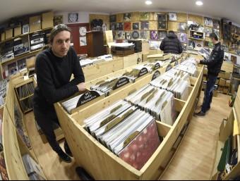 Domènec Merchan, ahir, a Grans Records, la botiga –només de vinils– que va obrir fa dos anys i mig a Lleida SANTI IGLESIAS