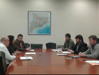Imatge de la reunió de la delegació d'alcaldes del Lluçanès amb representants del grup parlamentari de Junts pel Sí. M.VICENTE