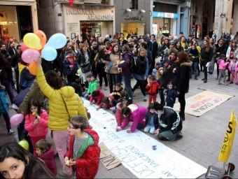Concentració de pares i sindicats a la plaça Paeria en defensa de l'escola pública i contra la supressió d'aules a P3 ACN
