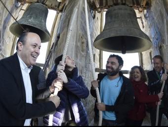 Alguns dels quinze alcaldes i regidorstocant ahir les campanes de Santa Maria de Cervera en representació del consell d'alcaldes de la Segarra SANTI IGLESIAS