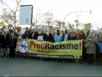 Capçalera de la manifestació contra el racisme i a favor dels refugiats al seu pas pel passeig Joan de Borbó de Barcelona ACN