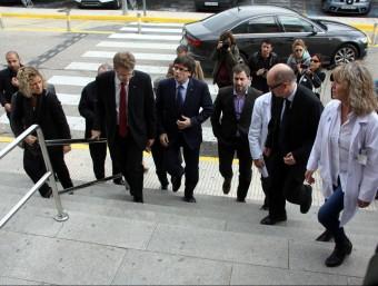 El president Carles Puigdemont i el conseller de Salut, Toni Comín, entre d'altres, a l'hospital de Tortosa ACN