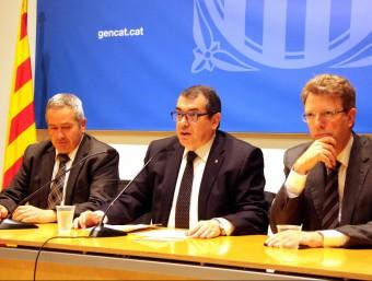 El delegat del govern a les Terres de l'Ebre, Xavier Pallarès, el conseller d'Interior, Jordi Jané, i l'alcalde de Tortosa, Ferran Bel, durant la roda de premsa d'aquest dilluns ACN