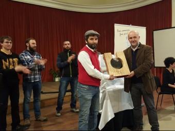 David Arjona, de La Garbiana recull el premi, lliurat pel president de la Fundació Cases i Llebot E.POMARES