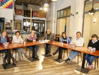 Les diputades de la CUP amb el director del diari, Xevi Xirgo, abans d'iniciar el debat al casal popular de Vilafranca. a.puig