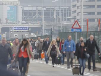 Desenes de passatgers evacuen l'Aeroport de Zaventem, aquest dimarts al matí EFE