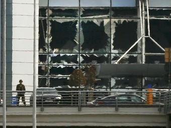 Un soldat belga vigila les instal·lacions de l'Aeroport de Zaventem, després de l'atemptat REUTERS