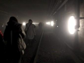 Passatgers del metro de Brussel·les són evacuats a través dels túnels després de l'explosió a l'estació de Maalbeek REUTERS