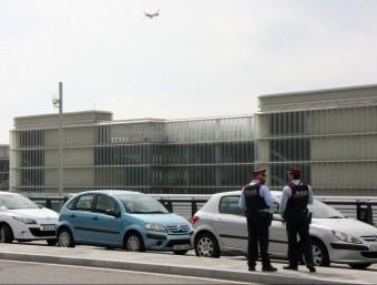 Agents dels Mossos d'Esquadra vigilen l'Aeroport del Prat, aquest dimarts al migdia ACN