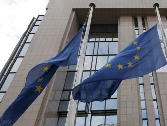 Banderes europees a mig pal a l'exterior de l'edifici del Parlament Europeu, ahir a Brussel·les VINCENT KESSLER/REUTERS