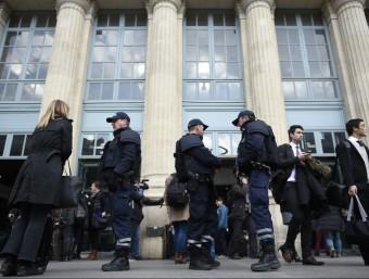 Controls policials, ahir al matí davant l'entrada de la Gare du Nord, en ple centre de París. AFP