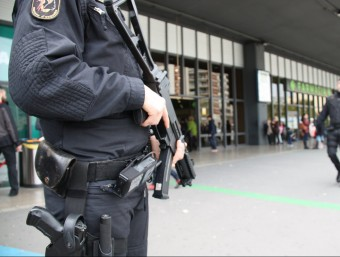 Un mosso vigilants ahir l'accés a l'estació de Sants, a Barcelona acn