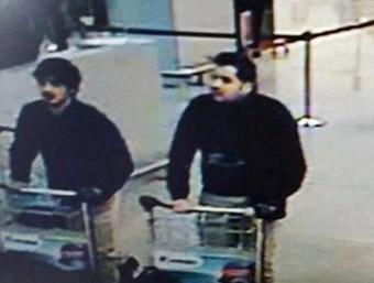 La policia belga ha identificat els dos homes a l'esquerra de la imatge com els germans Khalid i Brahim El Bakraoui REUTERS