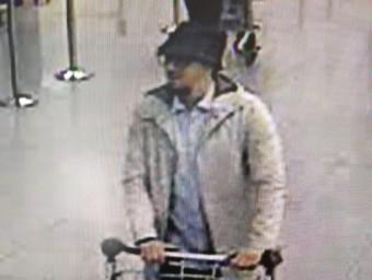 Imatge del tercer sospitós captada per les càmeres de seguretat de l'Aeroport de Brussel·les, que seria Najim Laachraoui ACN