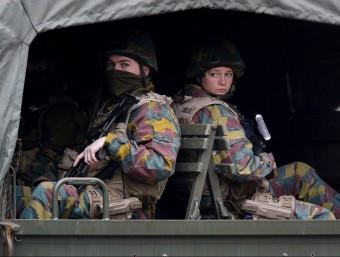 Soldats belgues patrullen a prop de la parada de metro Maalbeek de Brussel·les, on ahir es va produir un dels atemptats EFE