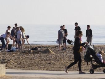 Visitants a la platja de Salou durant aquesta setmana. La Costa Daurada central espera repetir o superar els resultats de l'any passat JOSÉ CARLOS LEÓN