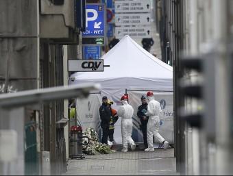 Agents de la policia belga investiguen a l'escenari del segon atemptat d'ahir dimarts, l'estació de metro Maalbeek REUTERS