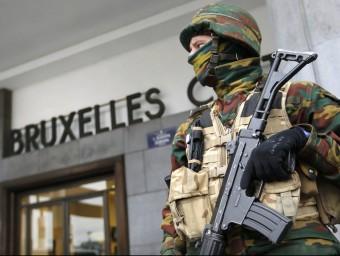 Un soldat belga vigila l'accés a l'estació central de trens, aquest dimecres a Brussel·les REUTERS