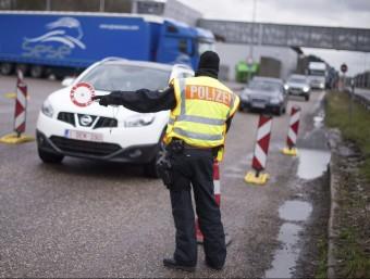 Un policia alemanya, ahir, controlant la frontera amb Bèlgica MARIUS BECKER / EFE